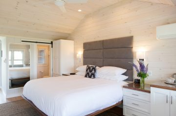 Room 15, Windward Guest House, King bed with tub/shower combination