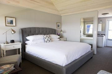 Bedroom with king-size bed at Topside Inn